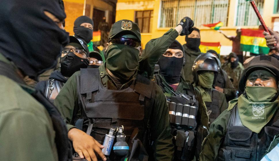 """Policías se amotinan contra Evo Morales, quien denuncia golpe """"en marcha"""""""